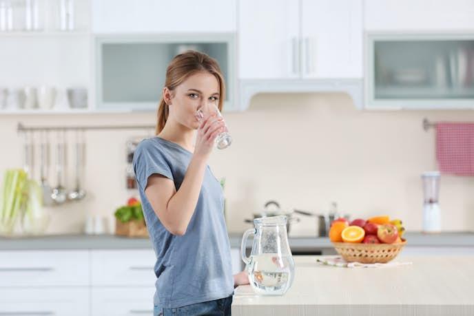 水を1日1.5L飲んでダイエットをしている女性