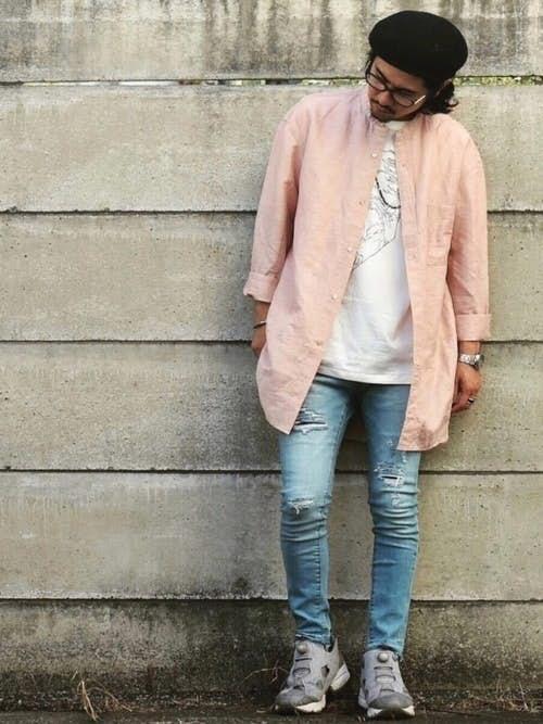 ピンクスタンドカラーシャツとデニムパンツの着こなし