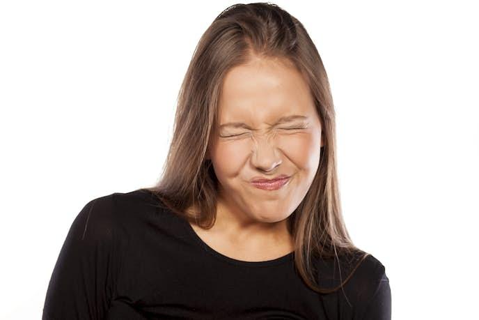 顔をしぼめて鍛えている女性