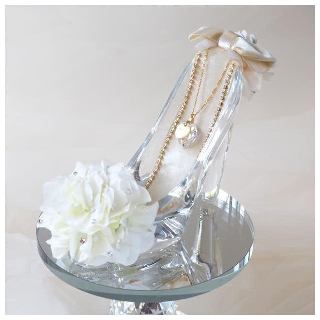 彼女への誕生日プレゼントはバラが添えられたのガラスの靴