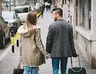男が女性と手を繋ぐ理由と心理│手を繋いだ時にされたい可愛い反応とは | Smartlog
