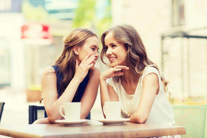 マウンティング女子の特徴で、陰口や噂話が大好物