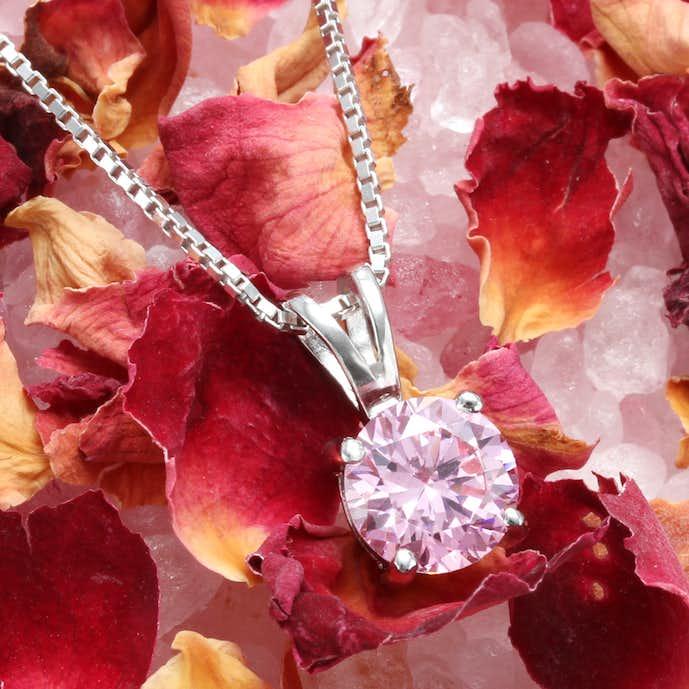 彼女の誕生日プレゼントはピンクダイヤモンドネックレス