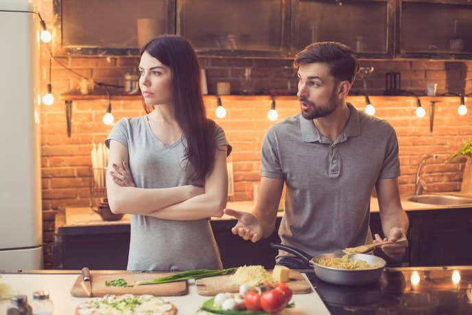 「彼氏がうざい」と思う瞬間は、手作り料理にダメ出しをされたとき