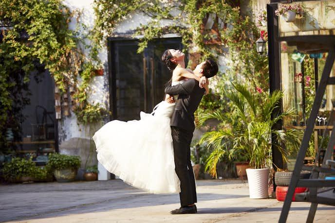 結婚式中のカップル
