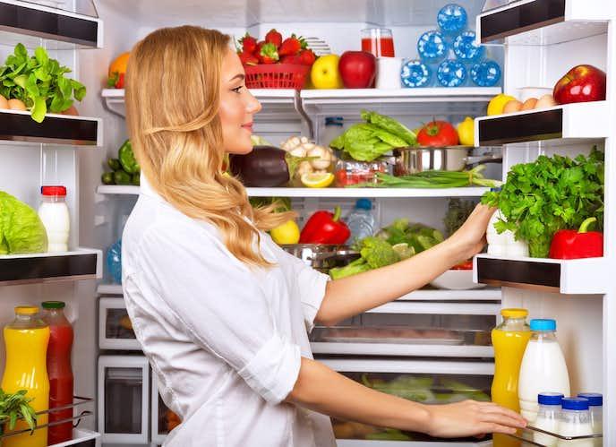 400L冷蔵庫を開く女性
