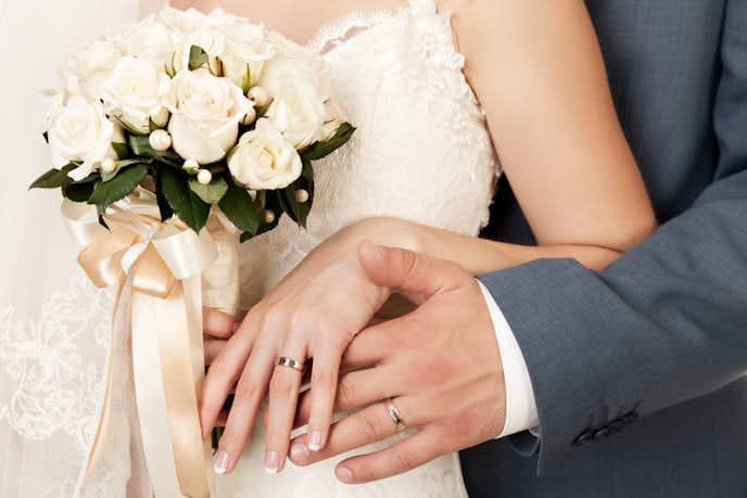 結婚式をあげる男女