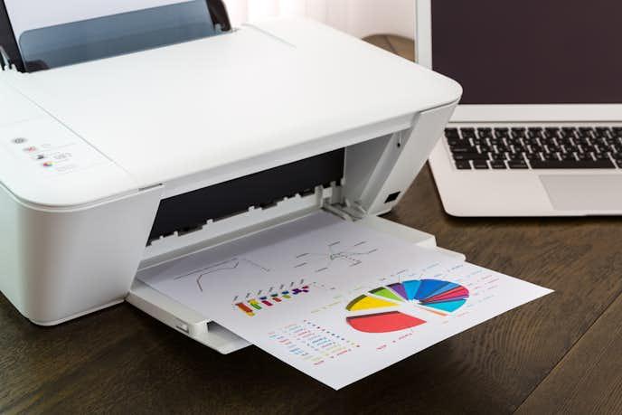 インクジェットプリンターでカラー印刷している瞬間