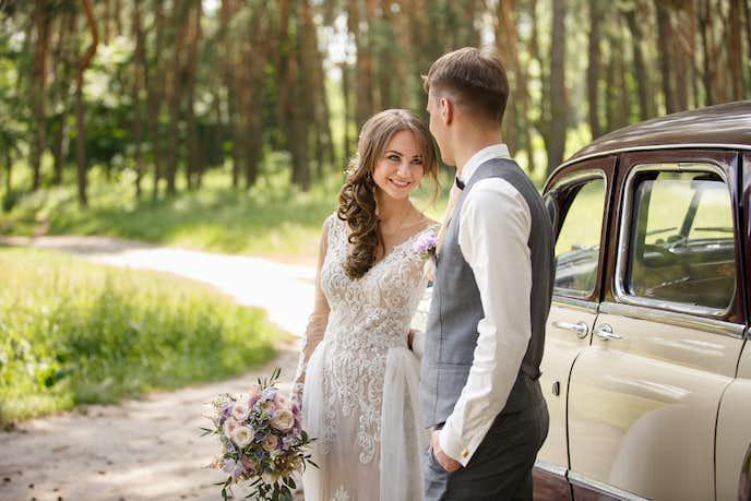 結婚式に行く男女