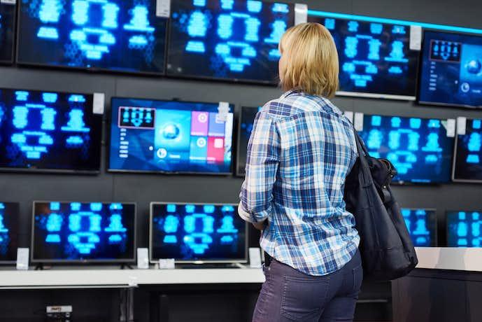 一人暮らし部屋のテレビを選んでいる人