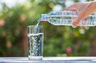 毎日飲みたい!おすすめのミネラルウォーター特集。硬水&軟水の人気ブランドとは | Smartlog