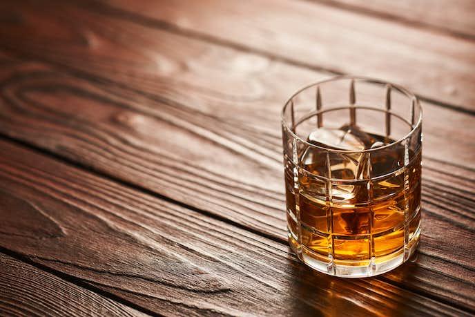 スコッチウイスキーが置かれた机
