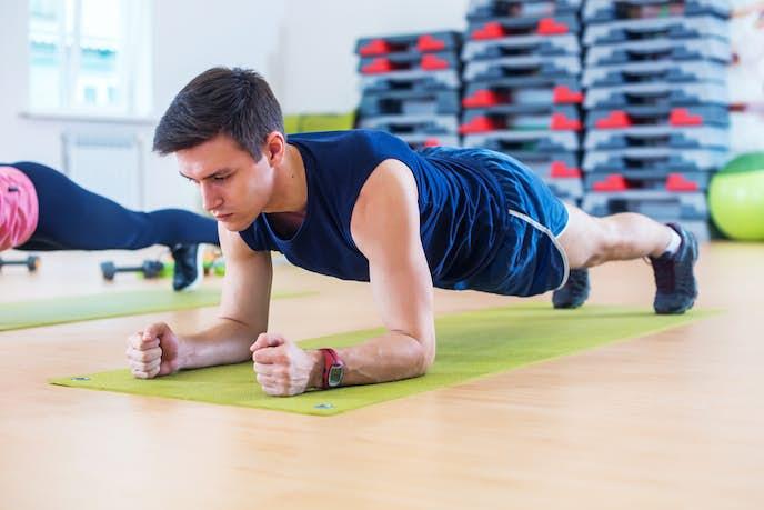 超腰筋トレーニングを行なっている男