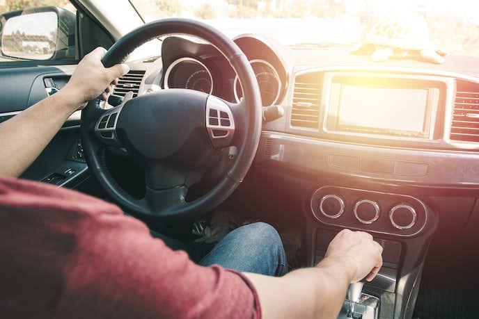 FMトランスミッターを使って車内で音楽を流す男