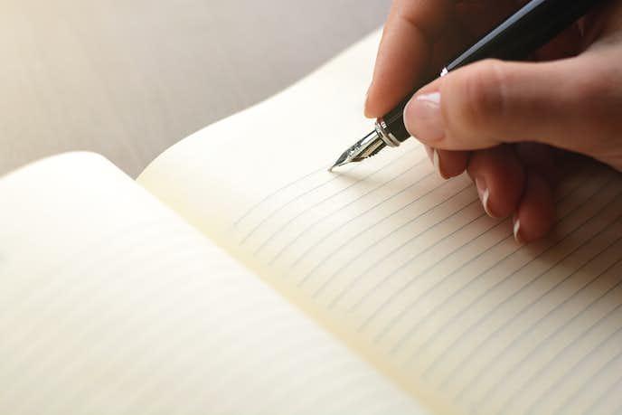 ノートに万年筆で書いている瞬間