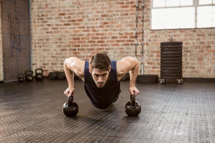 ケトルベルの効果的なトレーニング方法「ワイドプッシュアップ」