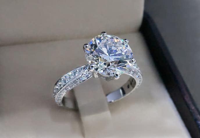 婚約指輪の値段相場や費用を徹底ガイド