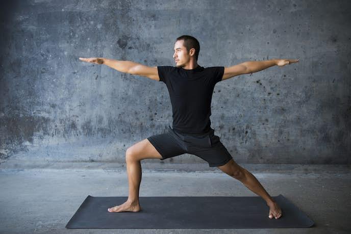 超腰筋トレーニングを行う男性