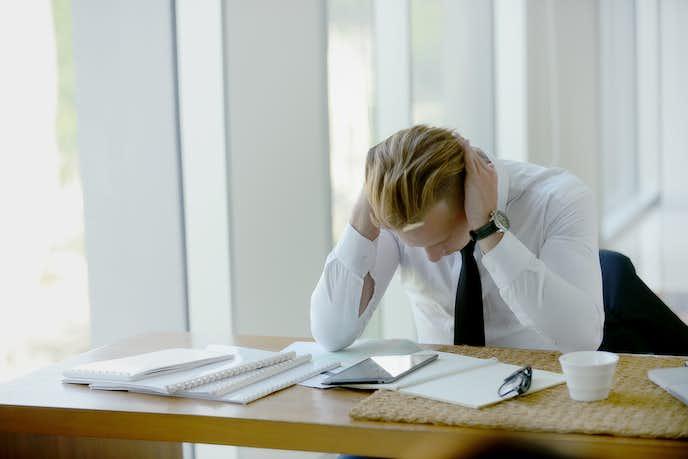 仕事でストレスを感じている男性