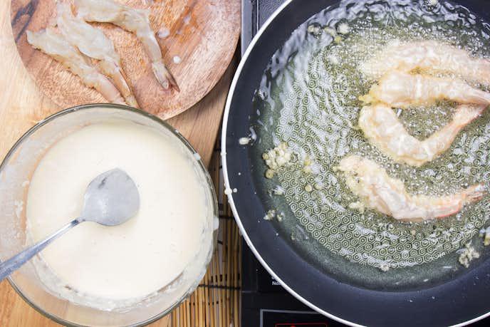 天ぷら鍋を使ってエビフライを揚げている瞬間