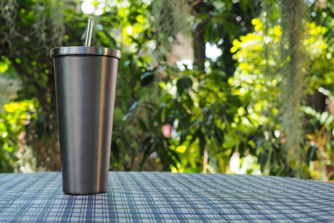 おしゃれタンブラーを使ってコーヒーを飲む