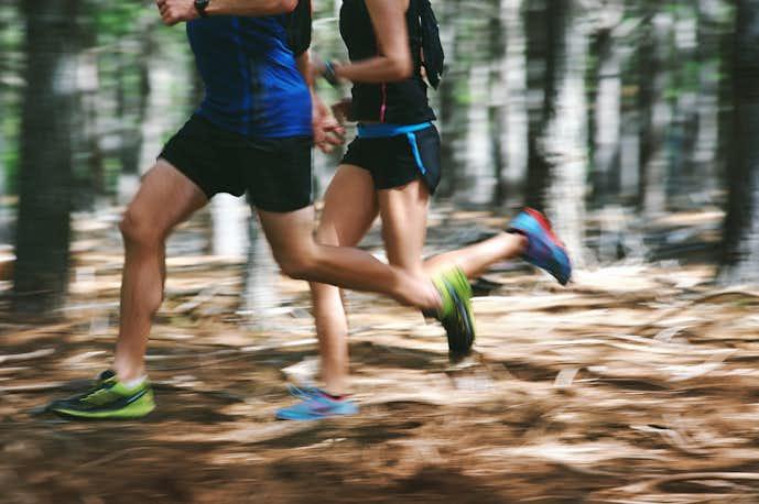 男女で走っている画像