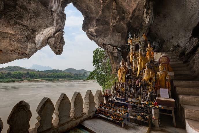 ラオスでおすすめの観光スポットはパークウー洞窟