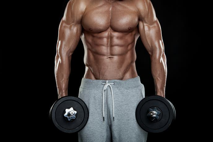 大胸筋下部・内側を鍛えられるトレーニング『ダンベル・アダクション』