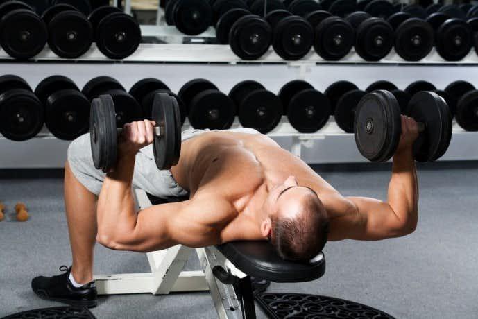 大胸筋下部を大きくする筋トレメニュー『デクライン・ダンベルプレス』