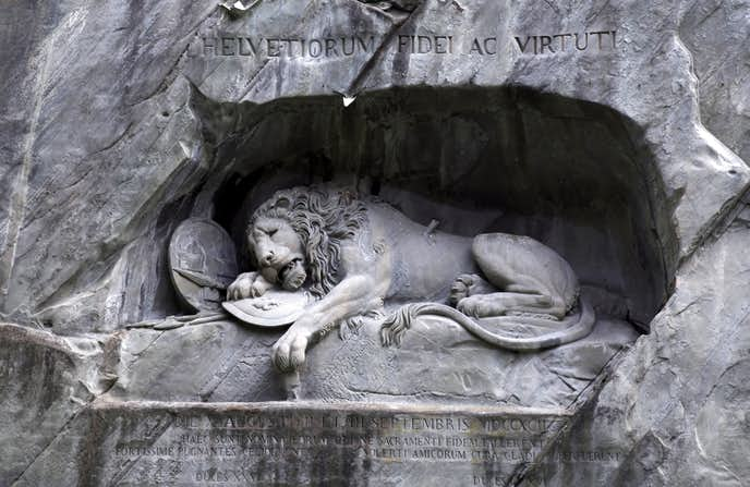 スイスでおすすめの観光地は溺死のライオン像