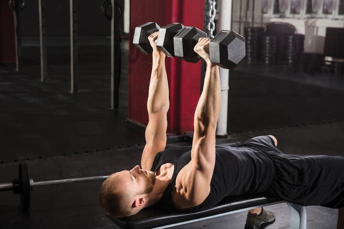 上腕三頭筋の効果的な筋トレメニュー『ダンベル・ナローベンチプレス』