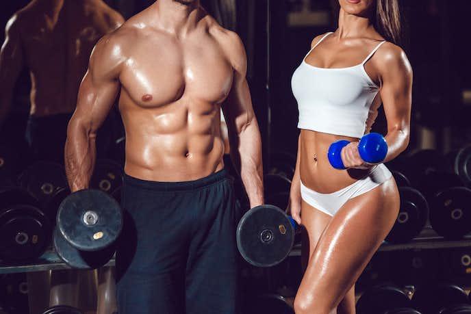 筋肉ムキムキの男性と女性