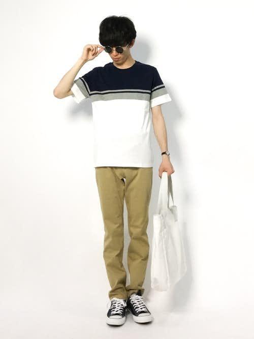 柄Tシャツとシンプルチノパンツの夏服コーディネート