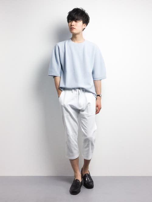 水色Tシャツと白パンツを合わせたおしゃれメンズコーデ