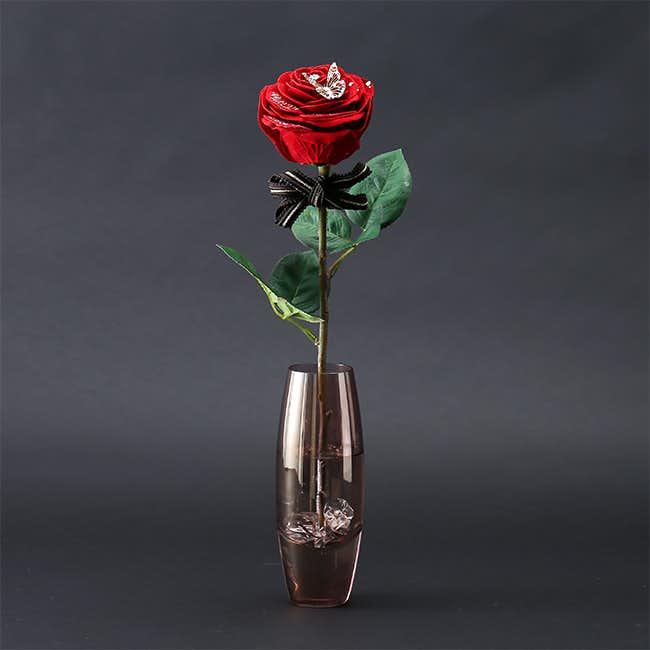 彼女への誕生日プレゼントは一輪のバラの花