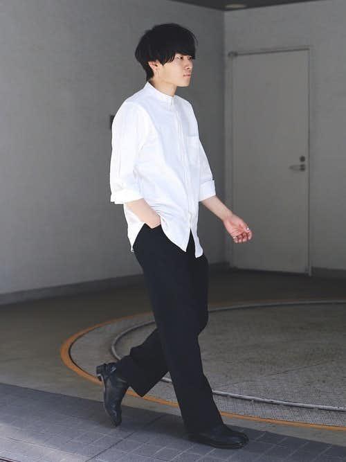 暑い夏の日でも決まる、白シャツと黒ボトムスのモノトーンコーデ