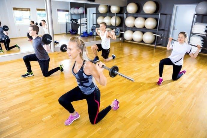 太もも前の筋肉を鍛えるダンベルを使った筋トレメニュー