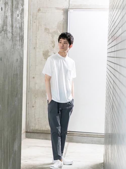 白Tシャツとグレーパンツを使った定番メンズコーディネート