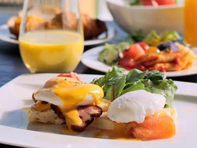 R レストラン&バーのおすすめメニューはエッグベネディクト