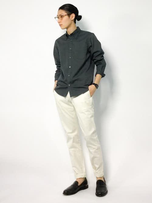 夏のトレンド白パンツとグレーシャツを合わせた夏服コーデ