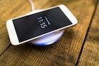 【2018】ワイヤレス充電器(Qi)のおすすめ10選。iPhone8・iPhoneXに対応の人気モデル集 | Smartlog