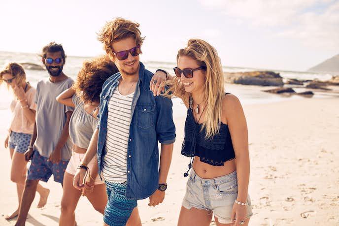 暑い夏の日に遊んでいる男性と女性