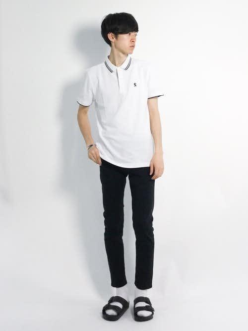 白ポロシャツと黒スキニーパンツのメンズコーデ