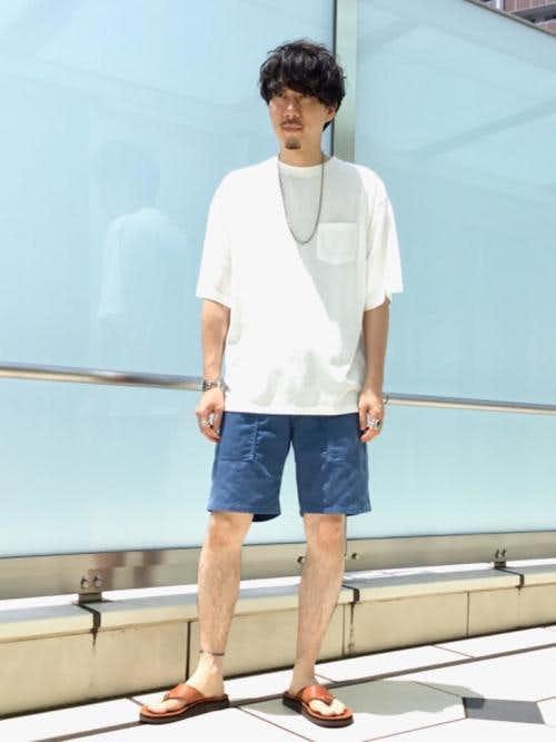 白Tシャツとハーフデニムパンツを合わせた夏服コーデ