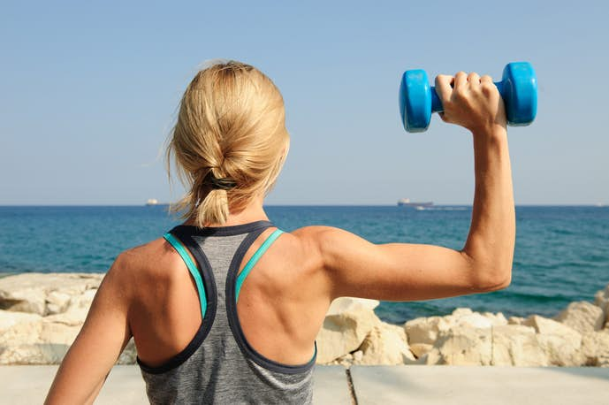 上腕三頭筋トレーニングで二の腕痩せを狙う女性
