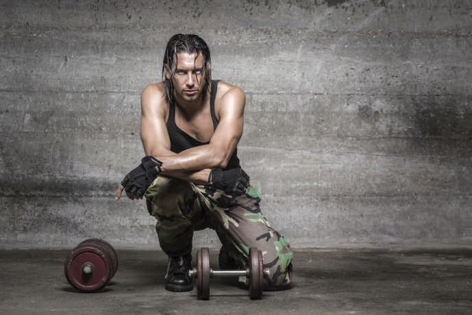 ダンベルを使って体を鍛えている男性