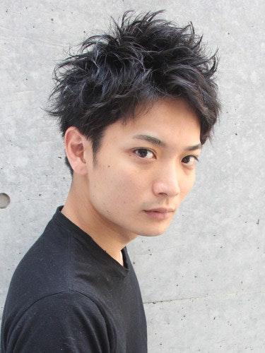 黒髪×ショート×パーマのかっこいいメンズヘアスタイル