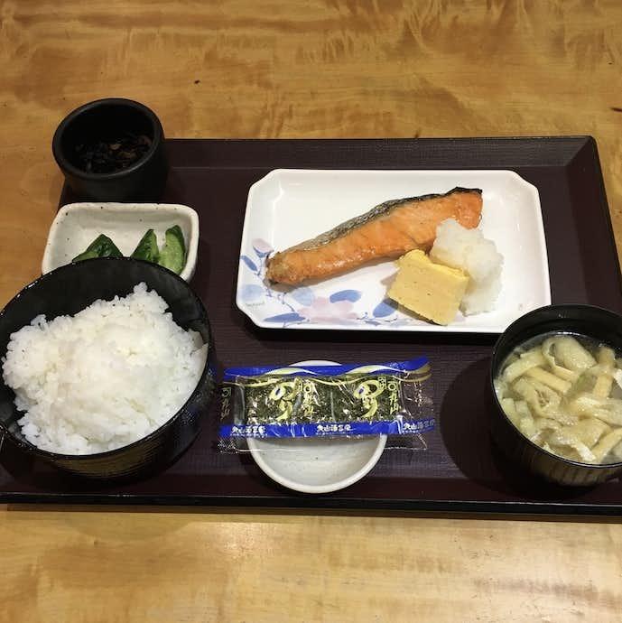 やえす初藤のおすすめメニューは焼鮭定食