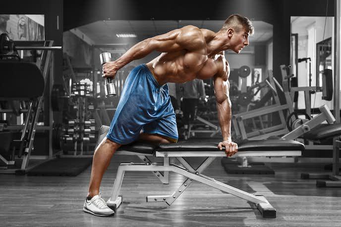 上腕三頭筋を鍛えられる効果的なダンベルメニュー