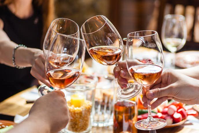 テーブルで華やかなロゼワインを選んでみて